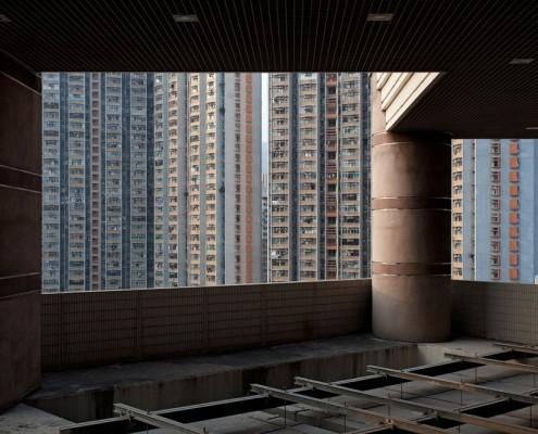 Tour d'habitation à HongKong vue à travers un parking souterrain