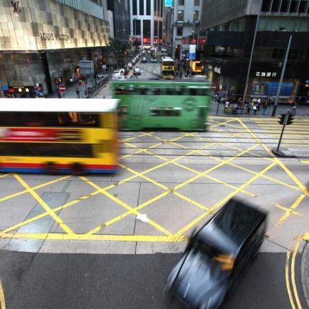 Bus et voitures en mouvement dans les rues de Hong Kong , Chine.