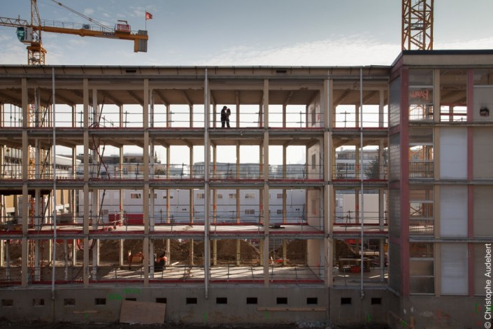 Couple d'amoureux s'embrassant au 3ème étage d'un immeuble en rénovation. Silhouettes en contre-jour. Bois-Colombes (92)