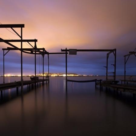 Portiques et pontons pour l'élevage des huîtres sur l'étang de Thau à Sète, Hérault, Méditerranée. Prise de vue en pose longue.