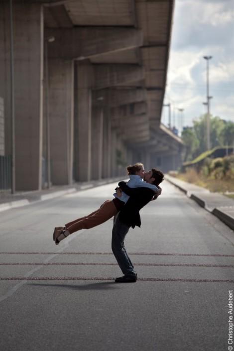 Couple d'amoureux s'embrassant dans un décor urbain au milieu d'une route à Genevilliers (92)