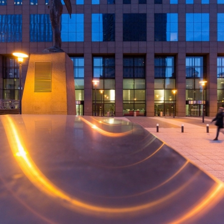 Reflets des lumières de réverbères devant un immeuble de bureaux à la Défense près de Paris.