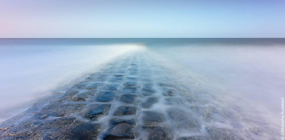 Pavés couverts d'eau dans la mer à Knokke le Zoute