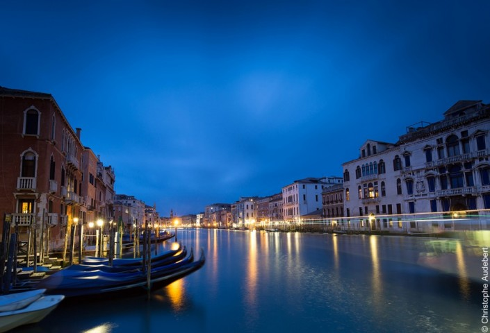 Vue de nuit du Grand Canal avec gondoles, Venise, Italie