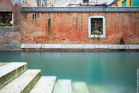 Photo en pose longue photo en pose longue de marches s'enfonçant dans un canal à Venise