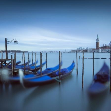 Gondoles bleues face à la Giudecca - Venise