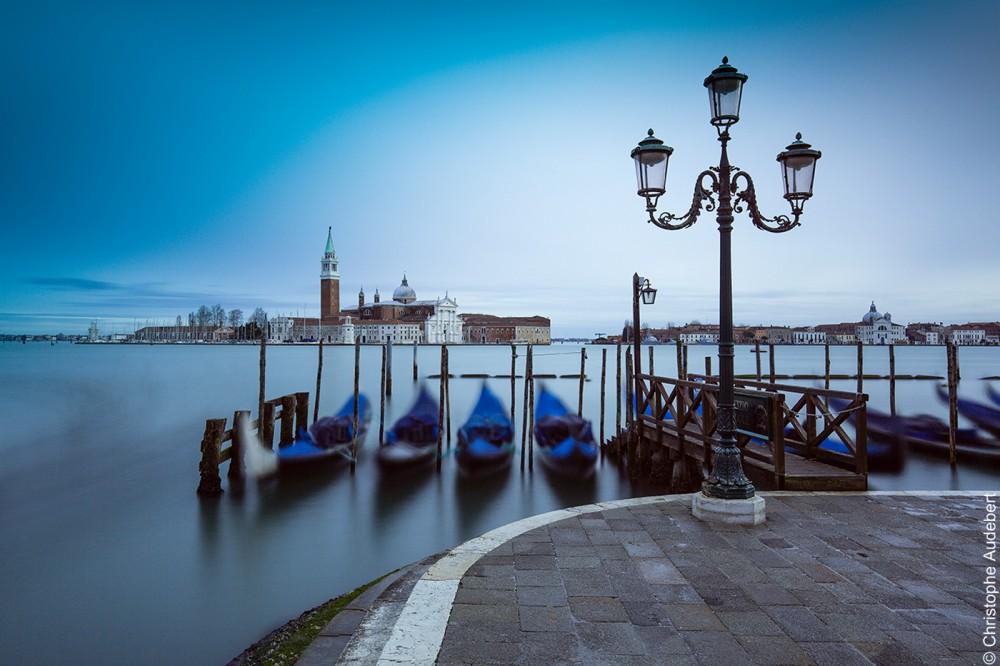 Gondoles avec des housses bleues avec lampadaires face à la presqu'île de la Giudecca à Venise