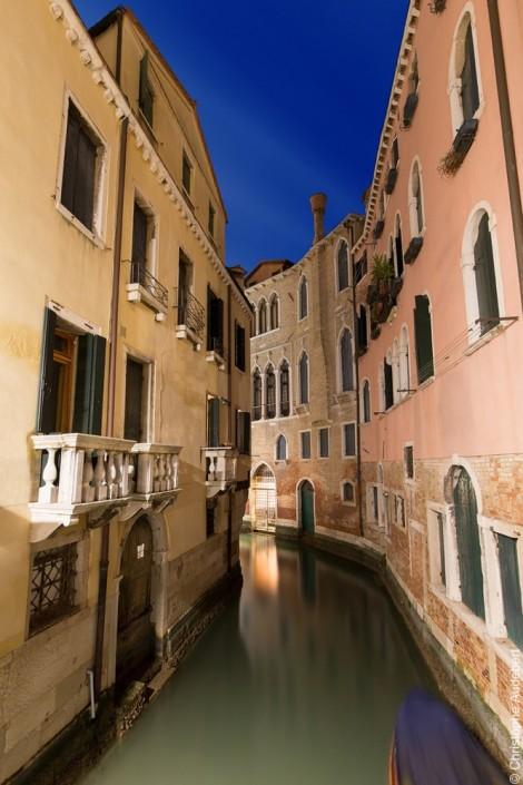 Vue d'un canal anonyme à Venise, Italie