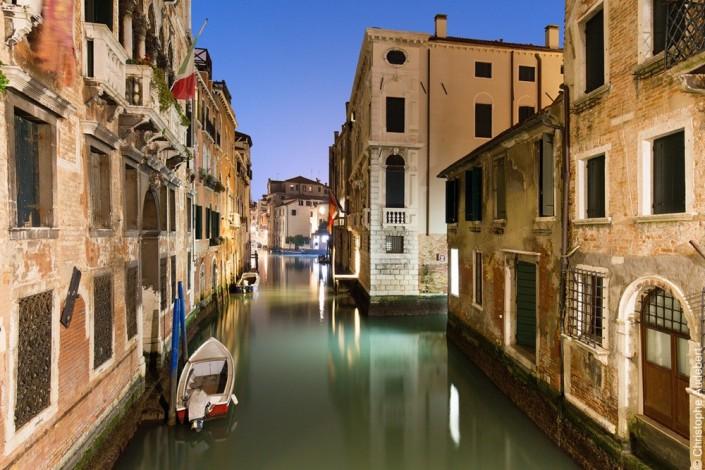 Vue d'un petit canal de Venise avec barques