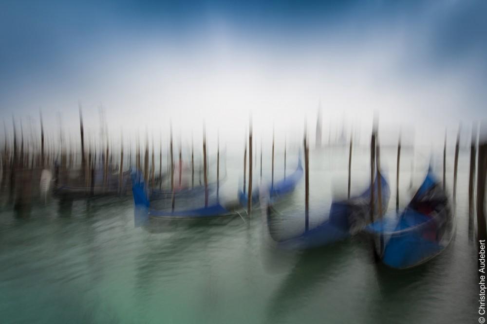 Gondoles bleues dans la brume face à la Giudecca, Venise, Italie