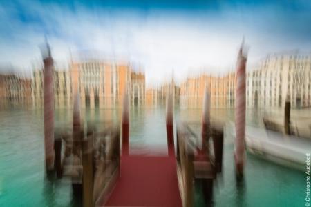 Ponton et eau émeraude du grand canal de Venise, Italie