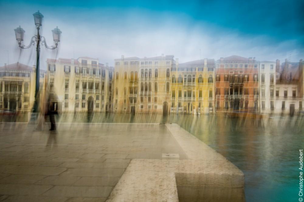 Passant flou un quai du grand canal et reflets multicolores, Venise, Italie