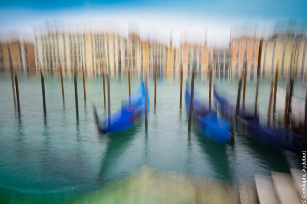 Gondoles et eau émeraude sur le grand canal à Venise, Italie