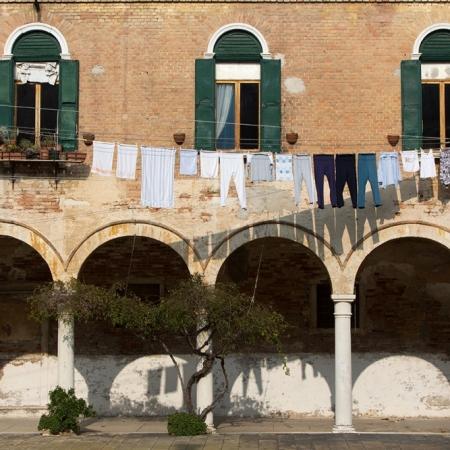 Immeuble avec arcades et linge aux fenêtres à Venise