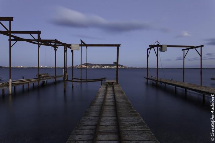 Portique pour la récolte des huîtres sur l'étang de Thau à Bouzigues en Méditerranée