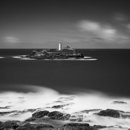 Le phare de Godrevy sur la cote des Cornouailles, Royaume-Uni. Prise de vue en noir et blanc et en pose longue