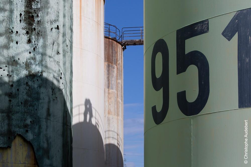 Ombre d'un couple enlacé sur un réservoir pétrolier à Nanterre (92)