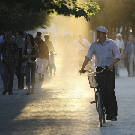 Cycliste et passants au jardin des Tuileries, Paris