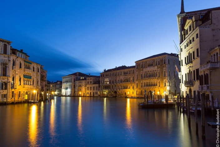 Le grand canal de nuit à Venise, Italie