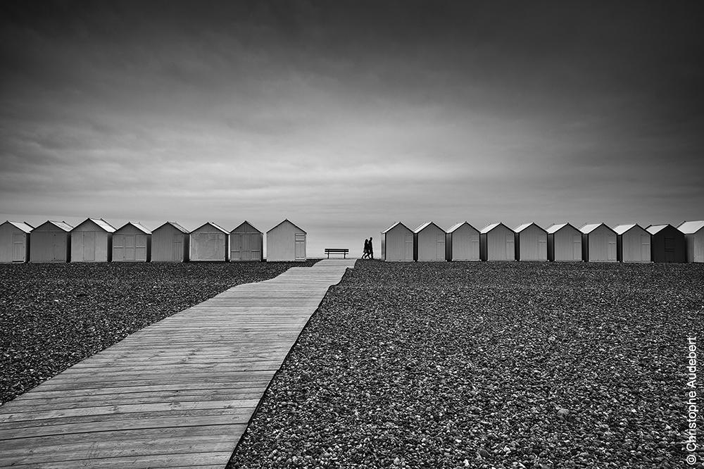 Planches et cabines de plage à Cayeux-sur-mer, avec promeneurs