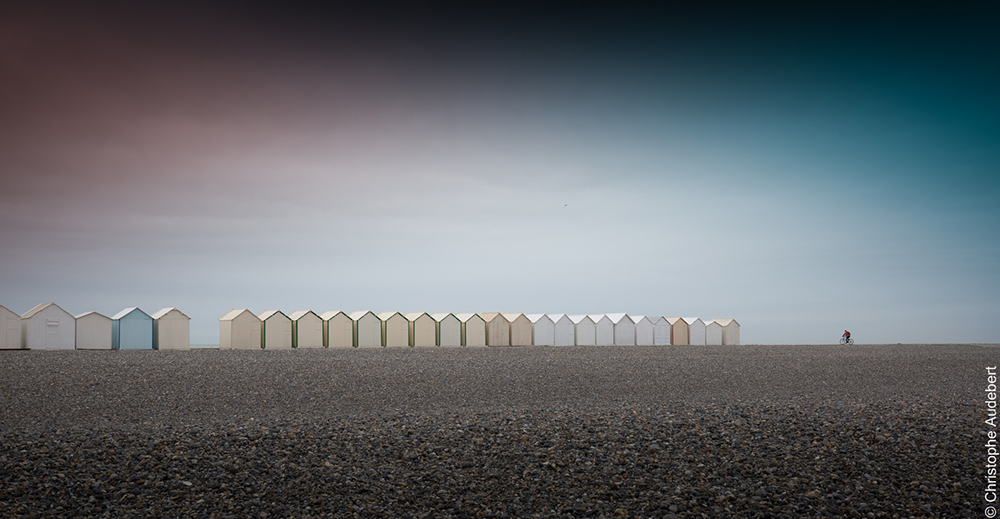 Alignement de cabines de plage à Cayeux-sur-mer, avec cycliste