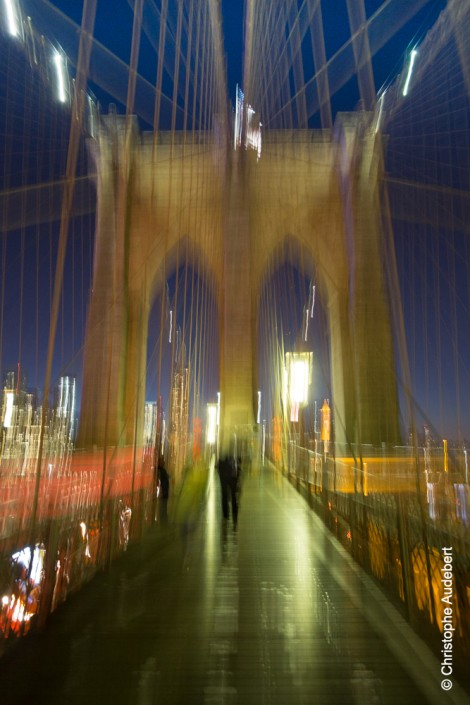 Passant sur Brooklyn Bridge, New York