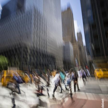 Passants en mouvement dans les rues de Manhattan - New York