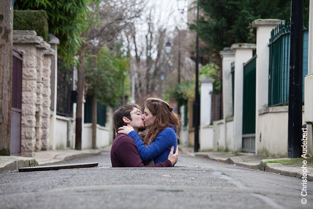 Jeune couple s'embrassant dans une bouche d'égout