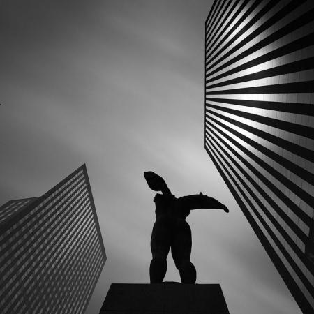 Tours et statue en contreplongée à La Défense
