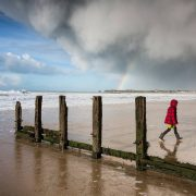Petite fille et arc-en-ciel sur la plage de St-Malo
